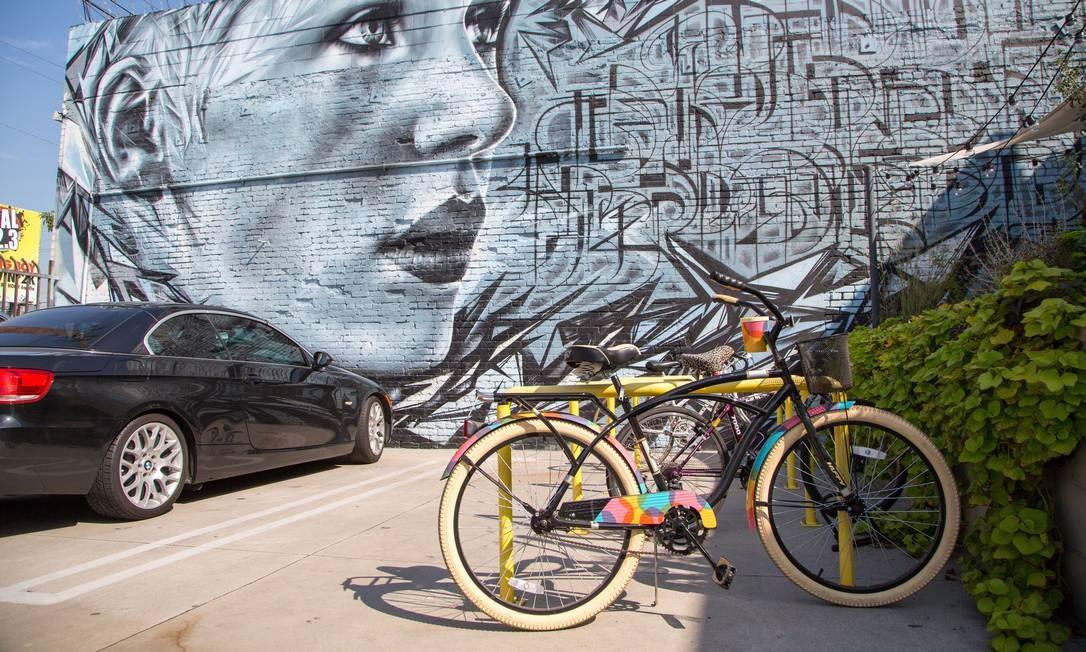 Entrada do centro de bem-estar The Springs: grafite e bicicleta imperam no Arts District, em Los Angeles. Foto: Divulgação
