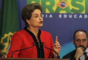 A presidente Dilma Rousseff discursa durante solenidade de assinatura de acordo com a Samarco, observada pelo advogado-geral da União, Luís Inácio Adams Foto: Givaldo Barbosa / Agência O Globo