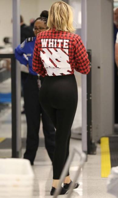 Mais um clique de Khloé Kardashian no aeroporto AKM-GSI