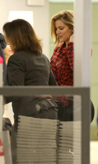 Khloé Kardashian e sua exuberância no aeroporto AKM-GSI