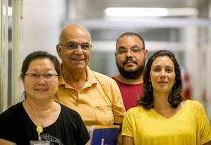 A equipe de pesquisadores do Instituto Adolfo Lutz, a partir da esquerda: Akemi Suzuki, Luiz Eloy Pereira, Renato de Souza e Mariana Sequetin Foto: Pedro Kirilos / Agência O Globo