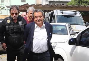 João Santana na chegada a Curitiba: marqueteiro teve prisão preventiva decretada Foto: Geraldo Bubniak / Agência O Globo/22-02-2016