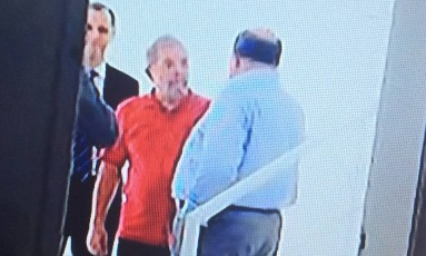 Ex-presidente Lula e o ex-presidente da OAS, Leo Pinheiro, no apartamento triplex no Guarujá Foto: Reprodução TV Globo