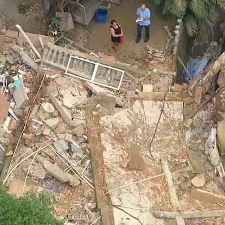Casa desaba em Cascadura e fica totalmente destruída Foto: Reprodução / TV Globo