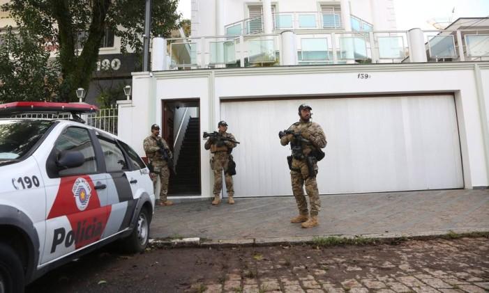 Ex-presidente Lula é alvo da nova fase da Lava-Jato. Na foto Agentes da policia federal em frente a sede do Instituto Lula Foto: Marcos Alves / Agência O Globo
