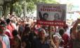 Militantes pró-PT prestam apoio a Lula em frente ao aeroporto de Congonhas