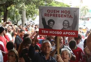 Militantes pró-PT prestam apoio a Lula em frente ao aeroporto de Congonhas Foto: Marcos Alves/Agência O Globo