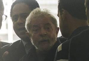 Ex-presidente Lula, alvo da Lava-Jato, levado pela Polícia Federal para prestar depoimento Foto: Marcos Bizzotto / Raw Image
