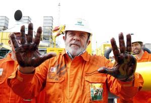 Pré-sal. No início da produção comercial do óleo no campo de Baleia Franca, Lula repete gesto do presidente Vargas Foto: Fabio Rossi 15/07/2010 / Agência O Globo