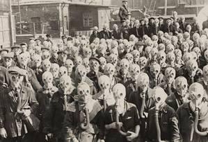 Treinamento contra gás na URSS, em 1932: imagem do livro