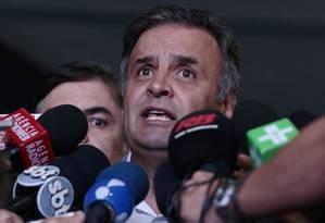 O senador Aécio Neves em coletiva no Senado Federal após reunião com membros do partido Foto: Jorge William / Agência O Globo