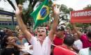 Militantes pró-Lula comem coxinha durante manifestação em São Bernardo Foto: Leo Martins / Agência O Globo