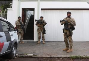 Agentes da Polícia Federal em frente à sede do Instituto Lula, um dos endereços em que foi cumprido mandado de condução coercitiva Foto: Marcos Alves