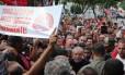 Lula recebe apoio de simpatizantes ao voltar para casa após depor coercitivamete na Polícia Federal