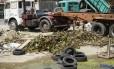 """Água parada e pneus em um terreno na Estrada da Posse, em Campo Grande: mosquitos """"agradecem"""""""