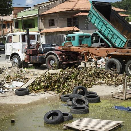 """Água parada e pneus em um terreno na Estrada da Posse, em Campo Grande: mosquitos """"agradecem"""" Foto: Fernando Lemos / Agência O Globo"""