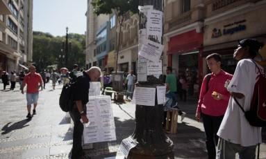 Anúncios de empregos são observados em São Paulo Foto: Patricia Monteiro / Bloomberg