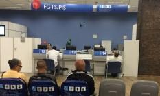 Atendimento em agência da Caixa Econômica Federal para trabalhadores que querem resgatar o FGTS Foto: Pollyanna Brêtas /