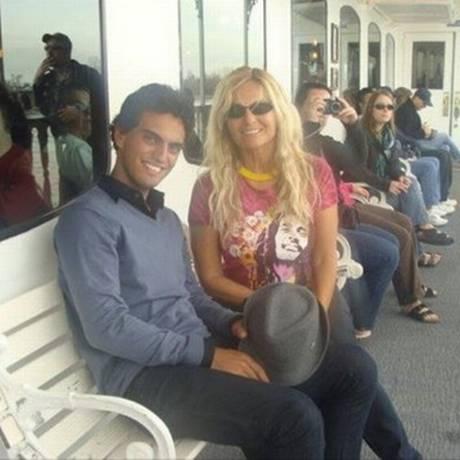 Brita Brazil, mãe de Rian Brito, postou foto com o filho no Facebook Foto: Reprodução