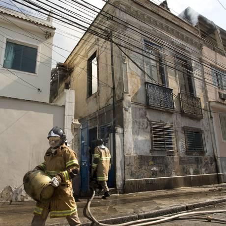 Botijão de gás é retirado de imóvel que pegou fogo na Praça da Bandeira Foto: Márcia Foletto / Agência O Globo