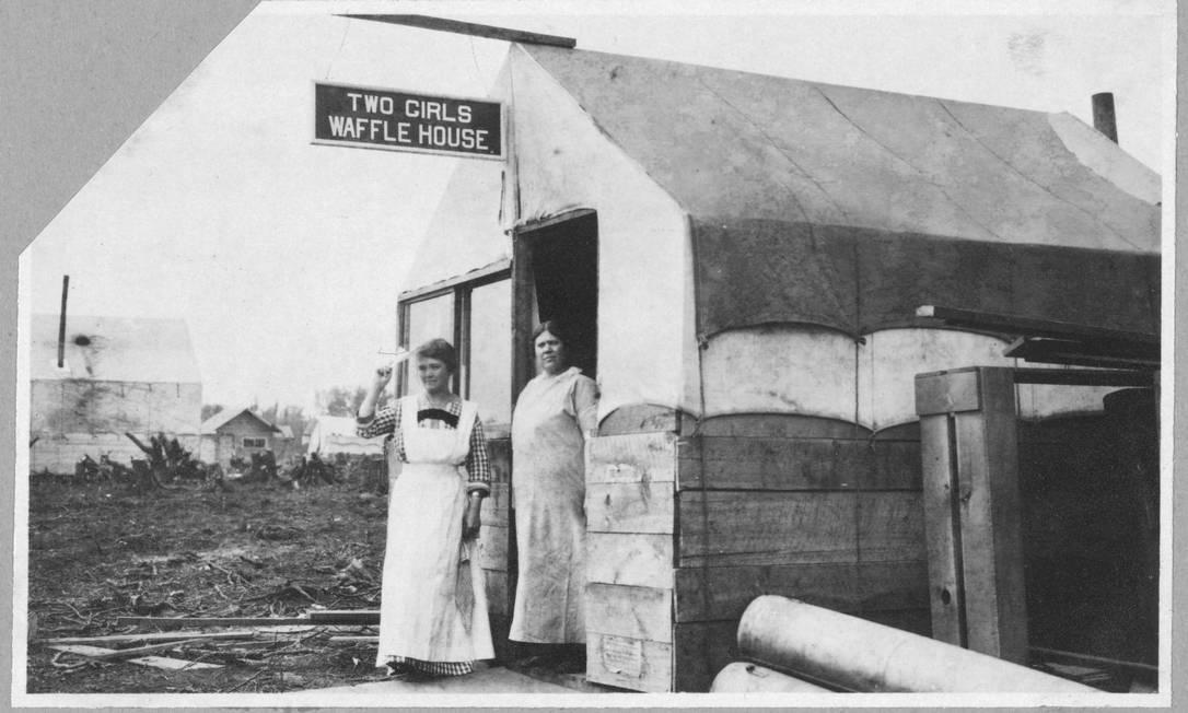 Duas mulheres trabalham do lado de fora de restaurante, em foto tirada entre 1900 e 1916. A imagem faz parte de uma coleção espacial da Biblioteca do Congresso dos EUA, mostrando como mulheres trabalhando nesse período de mudanças, de um moinho na Inglaterra a uma mina de carvão na Bélgica ou uma linha de montagem em Detroit HANDOUT / Biblioteca do Congresso dos EUA