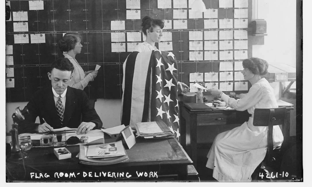 Um homem e várias mulheres tratabalham em um escritório de uma base da Marinha dos EUA durante a 1ª Guerra Mundial, no Brooklyn, NY, em 7 de julho de 1917 HANDOUT / Biblioteca do Congresso dos EUA