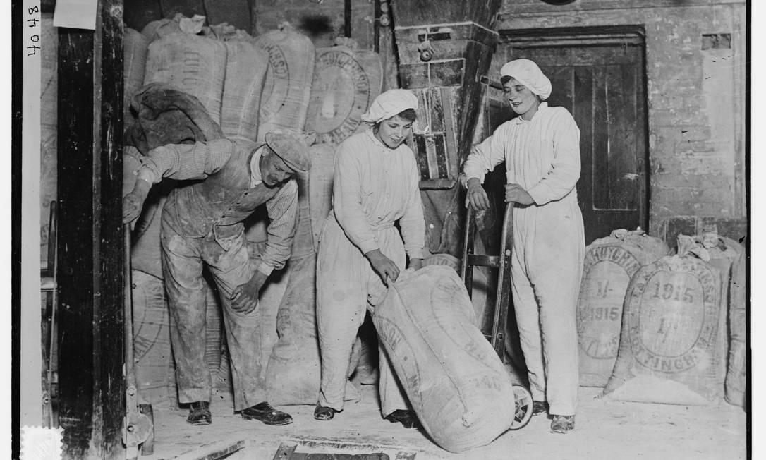 Mulheres trabalham em um moinho na Inglaterra na 1ª Guerra Mundial. Com homens convocados para lutar, muitas mulheres assumiram trabalhos antes dominados por homens. Foto sem data, entre 1914 e 1918 HANDOUT / Biblioteca do Congresso dos EUA