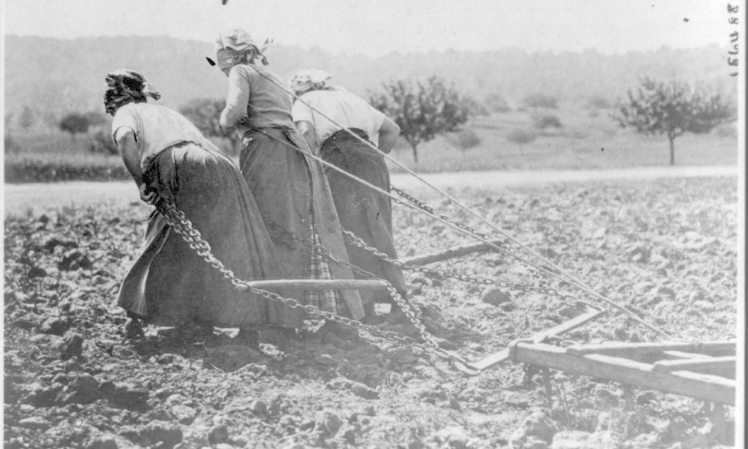 Camponesas aram campo no Distrito do Somme, na França retomado pelos aliados em 1916-1917 HANDOUT / Biblioteca do Congresso dos EUA