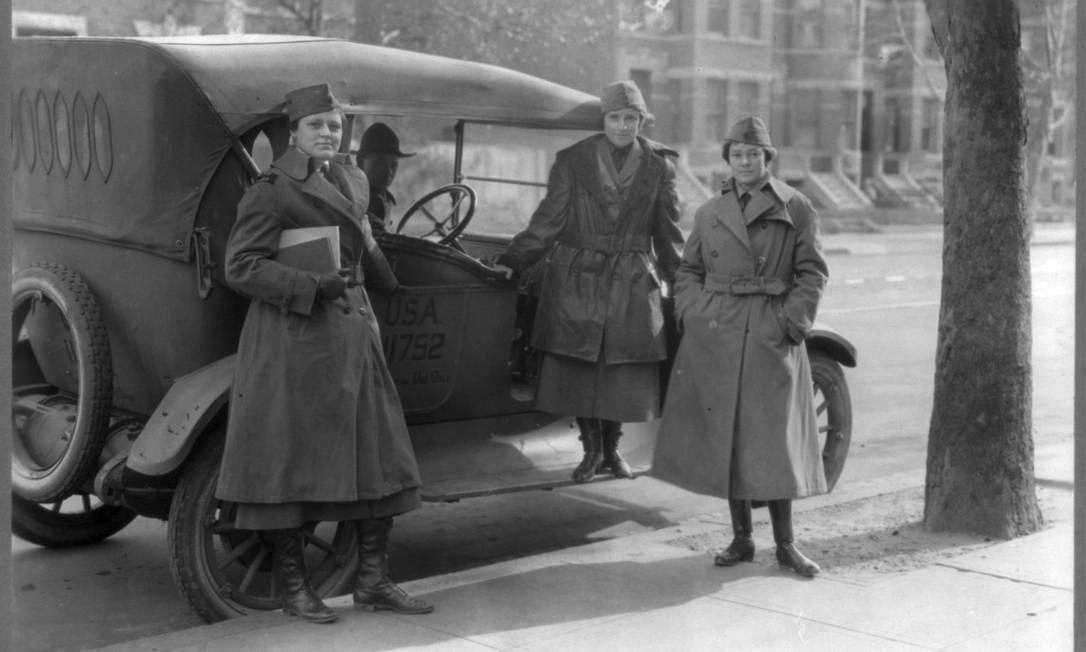 Mulheres do Corpo de Radialistas das forças armadas americanas posam do lado de um carro do exército, por votla de fevereiro de 1919. Com a guerra exigindo mais homens no front, mulheres foram aceitas como voluntárias em unidades de suporte especializadas, como operadoras de rádio HANDOUT / Biblioteca do Congresso dos EUA