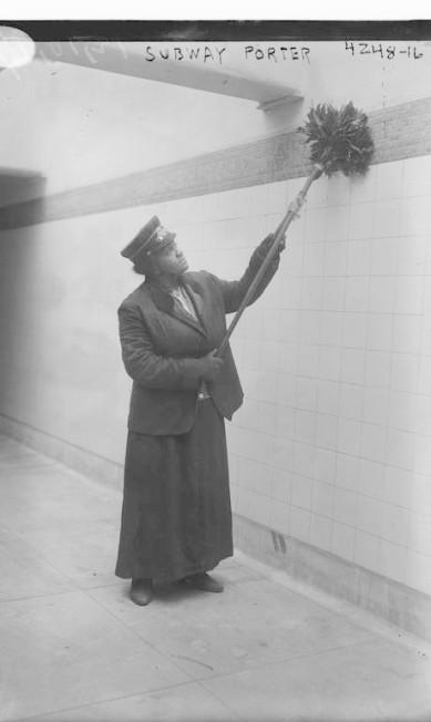 Mulher negra limpa parede enquanto ela trabalha como carregadora em estação de metrô em NY, 1917 HANDOUT / Biblioteca do Congresso dos EUA