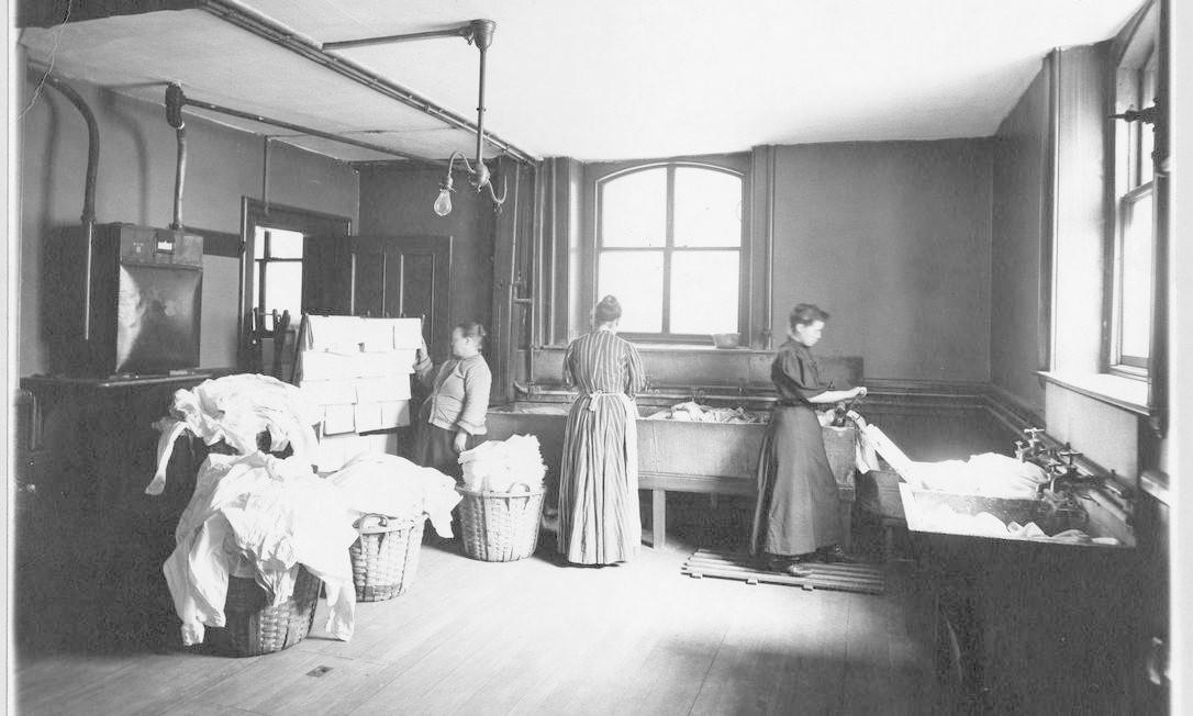 Mulheres trabalham em uma lavanderia de roupas, por volta de 1905 HANDOUT / Biblioteca do Congresso dos EUA