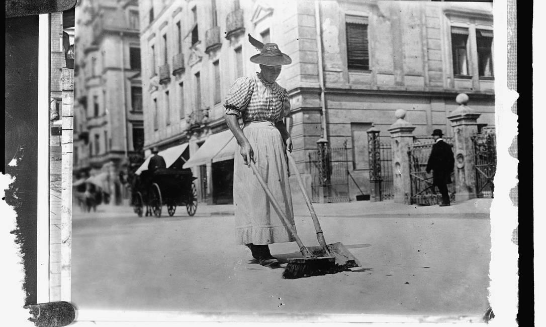 Mulher limpa rua na Alemanha, entre 1909-1920 HANDOUT / Biblioteca do Congresso dos EUA
