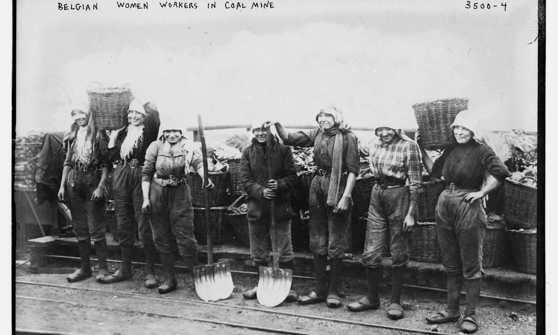 Mineiras belgas posam para uma fotografia segurando seus equipamentos próximo a uma mina de carvão, 1910-1915 HANDOUT / Biblioteca do Congresso dos EUA