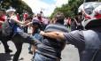 Manifestantes trocam chutes e socos durante o confronto em frente à casa de Lula no dia em que o ex-presidente foi conduzido coercitivamente para depor
