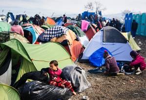 Campo na fronteira entre Grécia e Macedônia abriga milhares de imigrantes Foto: DIMITAR DILKOFF / AFP