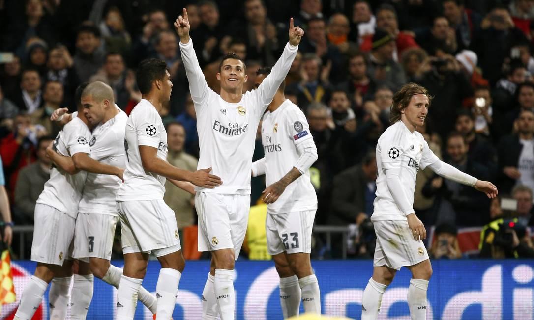 Cristiano Ronaldo ergue os braços para comemorar o primeiro gol do Real Madrid sobre o Roma JUAN MEDINA / REUTERS