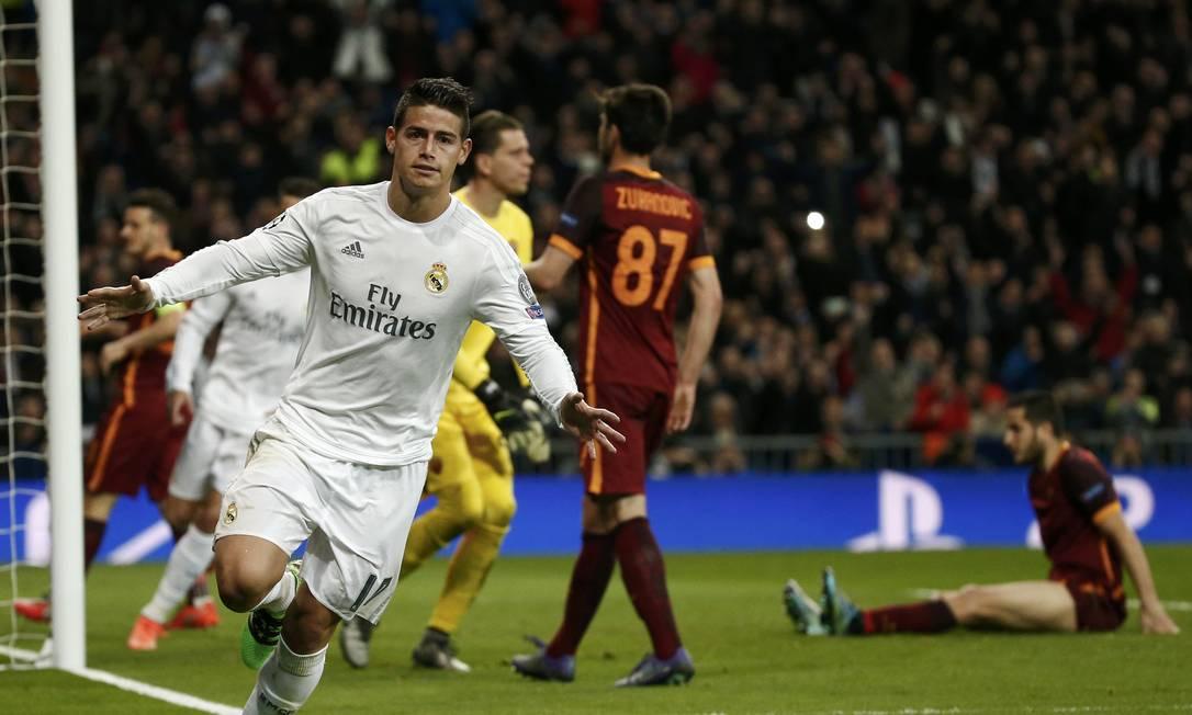 Colombiano James Rodriguez celebra o segundo gol do Real Madrid na vitória sobre o Roma, pela Liga dos Campeões JUAN MEDINA / REUTERS