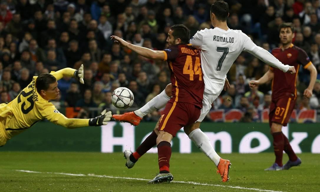Cristiano Ronaldo se antecipa à zaga e abre o placar para o Real Madrid na vitória sobre o Roma JUAN MEDINA / REUTERS
