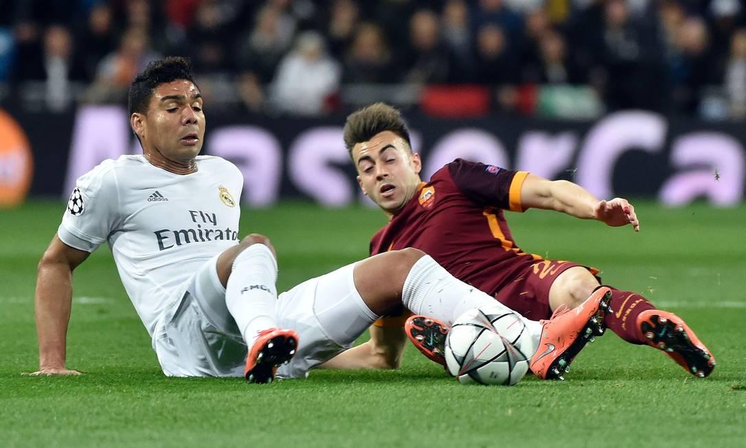 Meia brasileiro Casemiro, do Real Madrid, cai no gramado em disputa com o italiano El Shaarawy, do Roma GERARD JULIEN / AFP