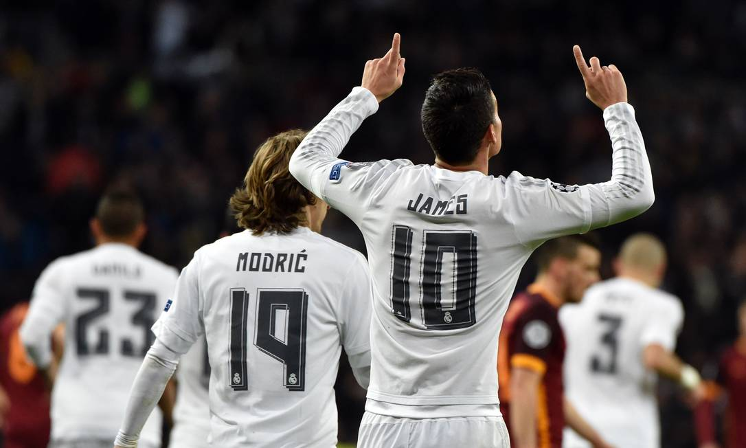James Rodríguez ergue as mãos aos céus ao fazer o segundo gol do Real Madrid GERARD JULIEN / AFP