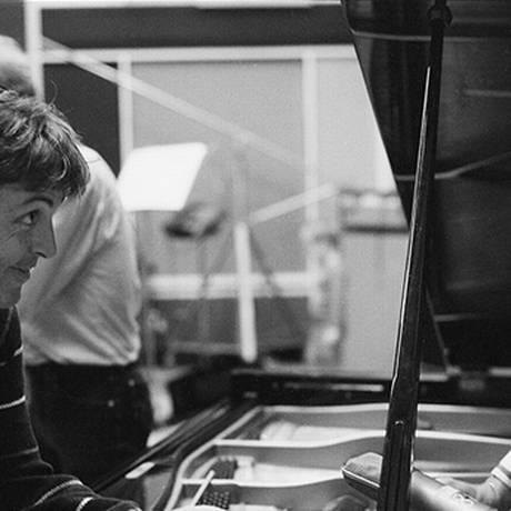 Paul McCartney e George Martin durante as gravações de 'Tug of War', em 1982 Foto: Reprodução