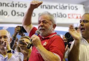 O ex-presidente Lula discursa para militantes Foto: Eduardo Anizelli / Folhapress