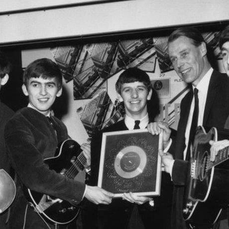 O produtor entre os Beatles, na época em que os 'Fab four' estouraram Foto: Reprodução / Twitter