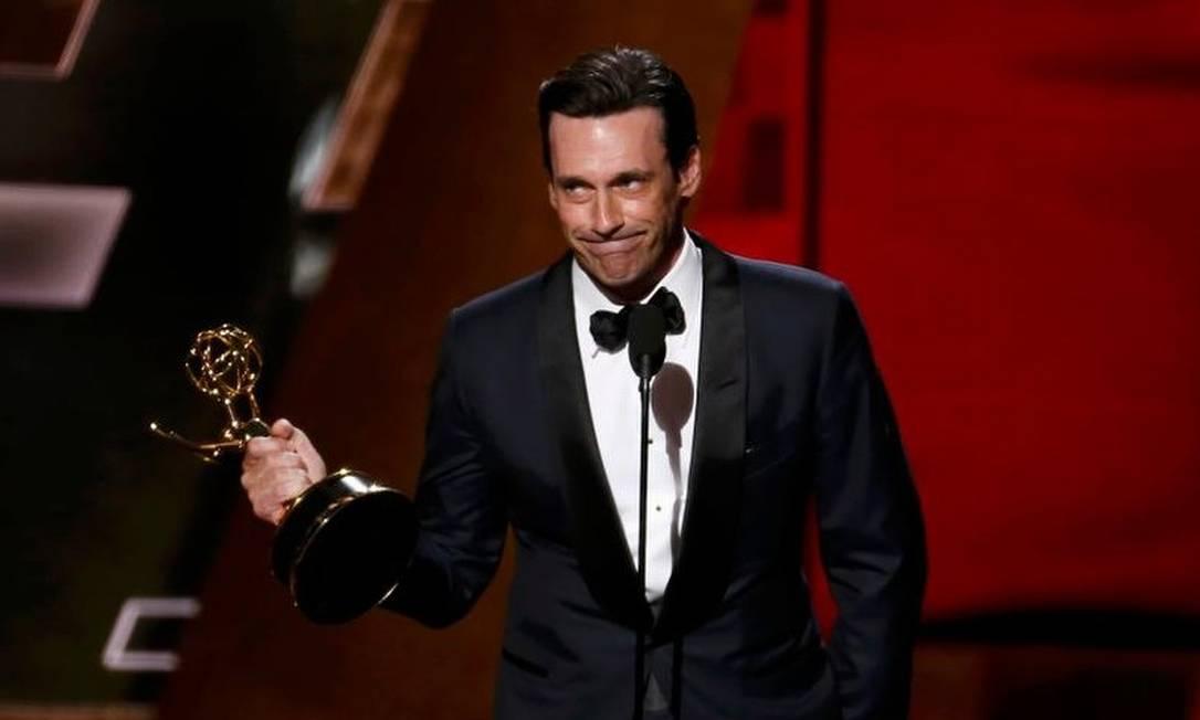 """No ano passado, ele finalmente recebeu o Emmy de melhor ator de série dramática, após perder por sete anos seguidos, desde 2008. """"Isso só pode ser um engano"""", brincou Hamm ao receber o prêmio LUCY NICHOLSON / Reuters"""