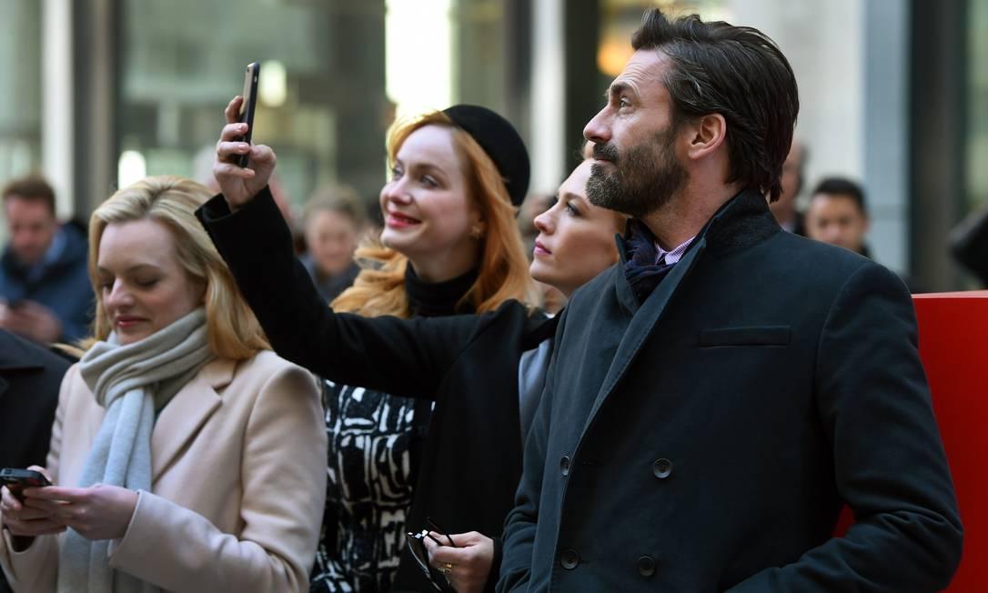 Em outro evento para comemorar a reta final de 'Mad men', em 2015, ele e January Jones, que interpretava Betty Draper na série, fizerem selfies juntos TIMOTHY A. CLARY / AFP