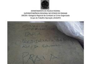 Imagens da PF mostram palavra 'praia' em caixas que estão em depósito de bens do ex-presidente Lula em São Bernardo Foto: Reprodução