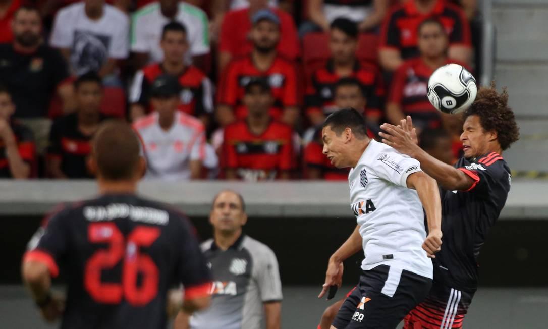Willian Arão, do Flamengo, disputa a bola com um jogador do Figueirense, na partida em Brasília, pela Primeira Liga Michel Filho