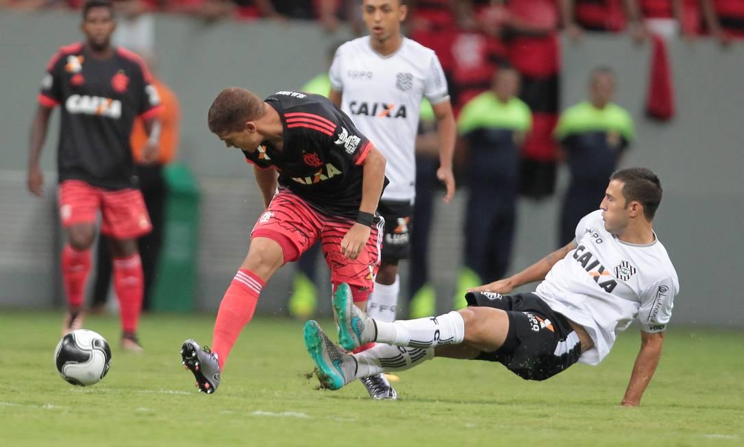 Volante colombiano Cuéllar, do Flamengo, é desarmado por um jogador do Figueirense no Mané Garrincha Jorge William