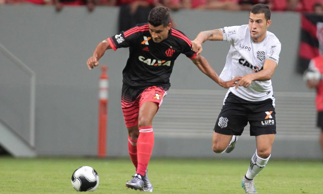 Ederson, do Flamengo, tenta levar o time ao ataque no Mané Garrincha Jorge William