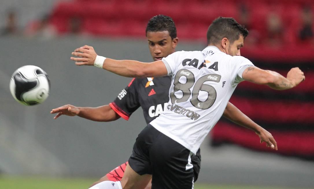 O rubro-negro Jorge e Everton Santos, do Figueirense, disputam a bola em Brasília Jorge William